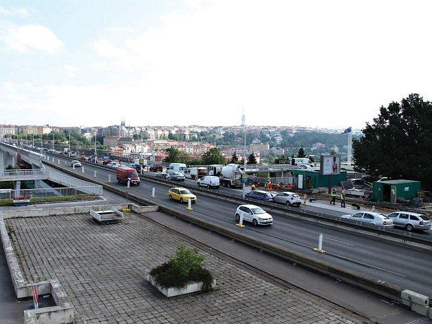 K humanizaci magistrály i k dalším doprovodným dopravním opatřením, požadovaným městskými částmi by se mělo přikročit hned a ne až po vyhodnocení dopadů po otevření tunelu Blanka. Je o tom přesvědčena dopravní iniciativa Auto*Mat.