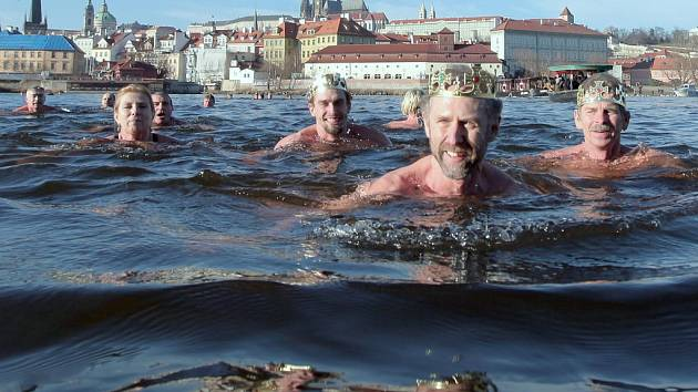 Tříkrálové plavání otužilců v Praze s názvem Plavba pro převoznický punč.
