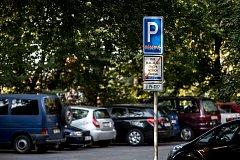 Neplatné dopravní značky odkazující na rezidentní parkování již stojí na pražských Petřinách. Modré zóny se rozšíří 26. srpna i na Praze 5. Snímek je ze 14. srpna.