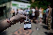 Tisíce lidí navštívili 6. července pražskou zoo. fronta, pokladna, vstupenka, lístek