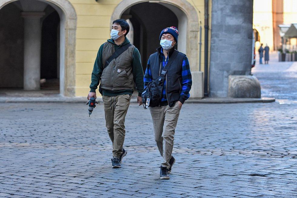 Prázdné ulice Prahy a lidé s rouškami 18. března 2020. Mariánské náměstí.