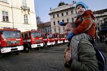 Předání nové požární techniky Hasičskému záchrannému sboru (HZS) za účasti premiéra Mirka Topolánka, ministra vnitra Ivana Langra a generálního ředitele HZS Miroslava Štěpána proběhlo 18. prosince na Hradčasnkém náměstí v Praze.