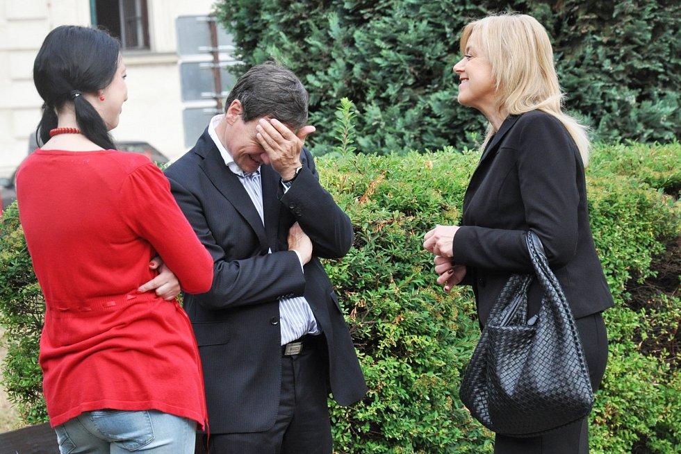 David Rath se svojí obhájkyní Marcelou Ondřejovou a spoluobžalovanou Lucií Novanskou.