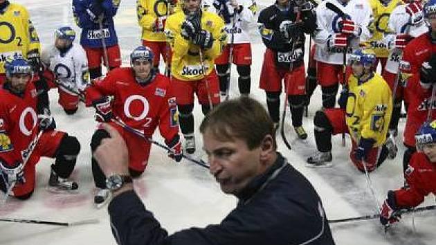 Hráči pozorně naslouchají trenérovi Aloisi Hadamczikovi.
