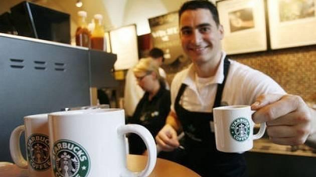 V kavárně Starbucks si každý může vybrat svůj vlastní nápoj a zaměstnanci společnosti mu jej připraví přesně dle jeho přání.