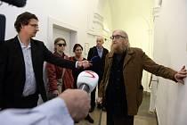 Hudebník a člen skupiny The Plastic People of the Universe Vratislav Brabenec odpovídá novinářům na chodbě Obvodního soudu pro Prahu 1 24. září 2019.