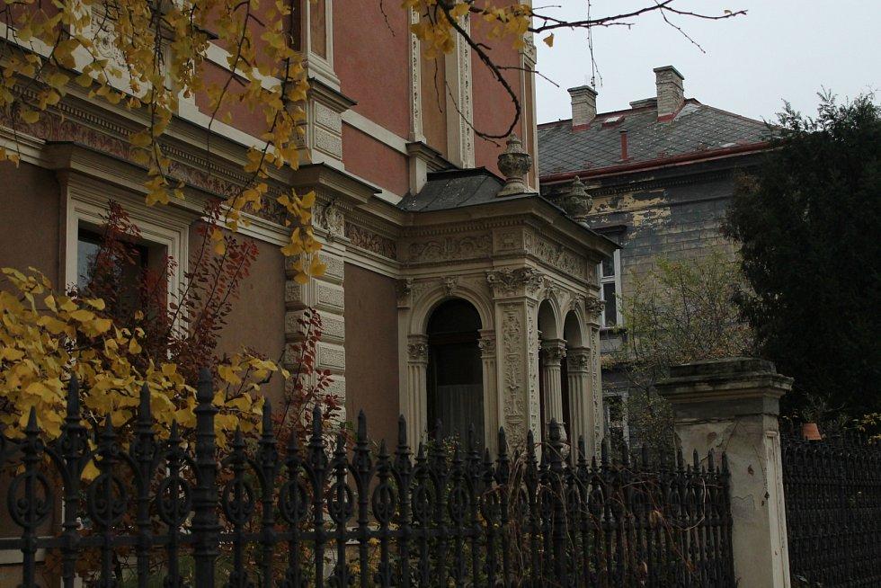 Vila v Bubenči v Pelléově ulici, kde bydlel zavražděný pár. Nyní je zapečetěná policejní páskou.