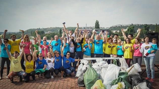 Dobrovolníci čistili nábřeží Vltavy v Podolí.