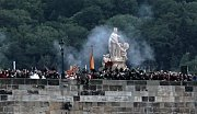 Procesí na Karlově mostě připomnělo Jana Nepomuckého, na jehož počest se celé slavnosti konaly. Jan Nepomucký je patronem všech lidí od vody.