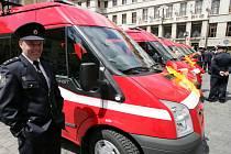 Primátor Bohuslav Svoboda předal šest dopravních dodávkových automobilů DA Ford Tranzit Sborům dobrovolných hasičů.