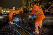 Zhruba půlmetrové betonové zátarasy instalovali 21. prosince pracovníci Pražských služeb u vjezdu na pražské Staroměstské náměstí z Pařížské ulice. Opatření souvisí s teroristickým útokem na vanočních trzích v Berlíně.