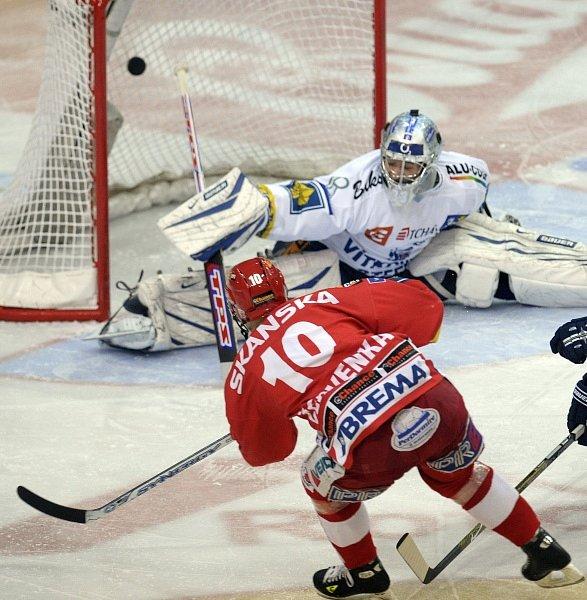 VÍTKOVICKÝ KAT. Roman Červenka rozhodl v sedmém zápase drama mezi hokejisty Slavie a Vítkovic.