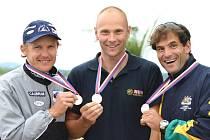 Martin Červinka (uprostřed) se raduje společně s Martinem Doktorem a australským závodníkem.