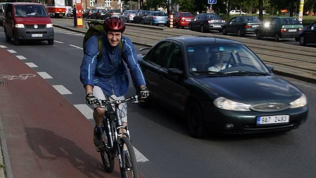 KOL VE MĚSTĚ PŘIBÝVÁ. Stejně tak i cyklopruhů. Na většině pražských ulic je ale cyklista v pozici lovné zvěře.