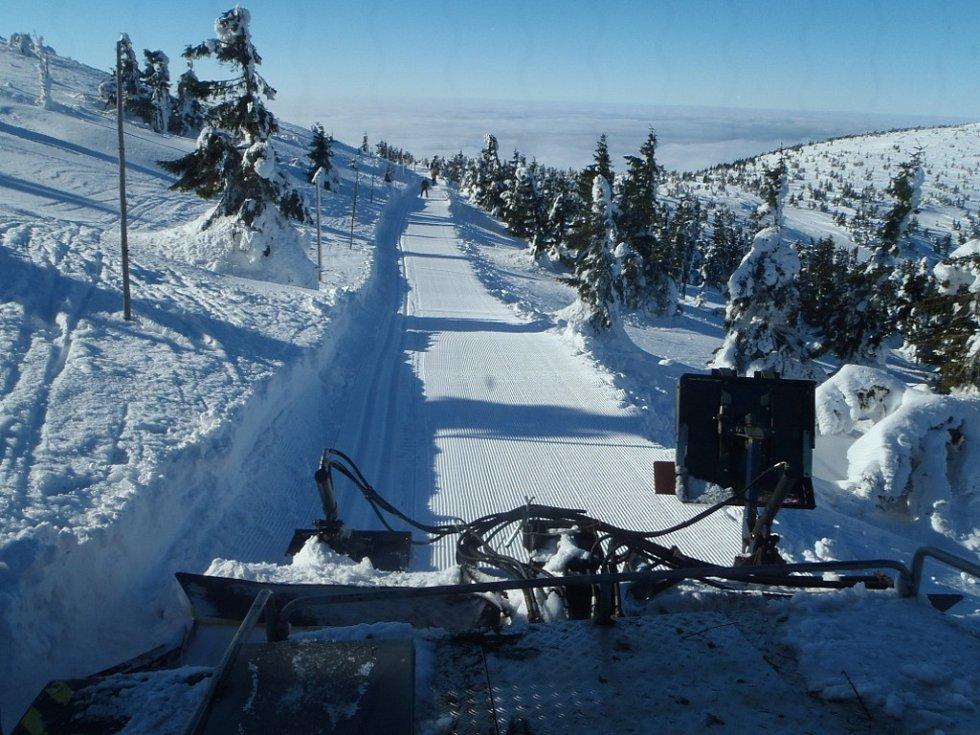 Harrachov je vyhlášeným centrem zimních sportů. Celé území je protkáno desítkami kilometrů upravovaných lyžařských stop a sjezdových tratí všech stupňů náročnosti.
