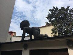 Jedno z mimin se nachází na garáži úřadu v Praze 3