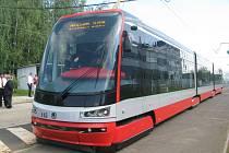 Dopravní podnik hl. m. Prahy v těchto dnech testuje novou tramvaj T15 ForCity pro provoz v Praze, zatím pouze ve svém areálu.
