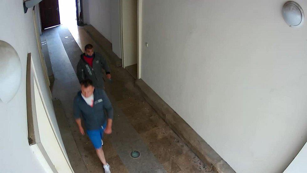Policie pátrá po dvojici mužů, která se vloupala do bytu, kde v tu dobu byli nájemníci.