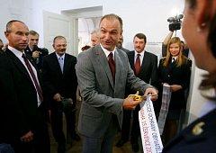 Ministr vnitra Ivan Langer přestřihuje pásku a otevírá tak Expozici ochrany obyvatelstva v Muzeu Policie ČR v Praze.