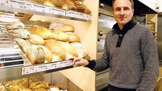Majitel pekařství Miroslav Merhaut ve své nově otevřené pobočce v Brandýse nad Labem. 2.12.2013