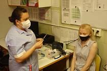 Pacientka Nikola Horešová podostupuje očkování ve Fakultní nemocnici v Motole.