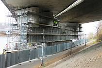 Opravy Barrandovského mostu zatím probíhají pouze zespoda.