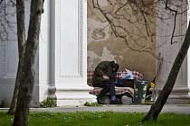 Až dvě třetiny pražských bezdomovců nejsou původem z hlavního města. Ilustrační foto.