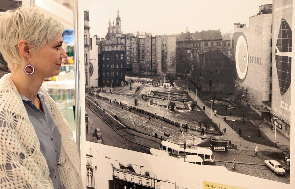Výstava k 40. výročí otevření obchodního domu Kotva na náměstí Republiky v Praze.