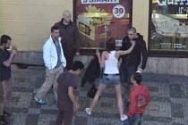 Rvačka před fast foodem na Tylově náměstí v Praze 2.