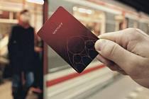 Červená karta Opencard. Pražané ji důvěrně znají. Pro cestování hromadnou dopravou ji používají často.