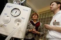 Novorozenecké oddělení Thomayerovy nemocnice v Praze převzalo ve středu 16. března 2011 nový resuscitační přístroj a monitor životních funkcí novorozených dětí. Zakoupila jej Nadace Naše dítě z výtěžku kampaně společnosti Rossmann.