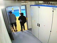Muži podezřelí z krádeže vibračního pěchu.