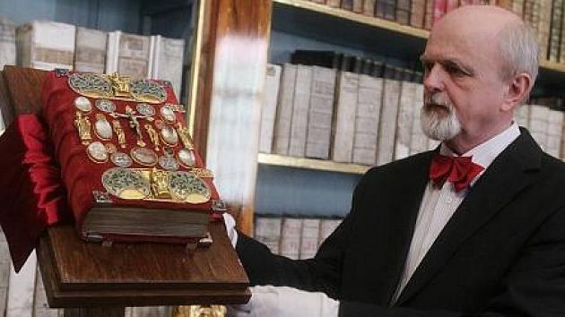 Zástupci Strahovského kláštera a firma Tempus Libri 19. května v Praze podepsali smlouvu o vydání faksimile Strahovského evangeliáře.