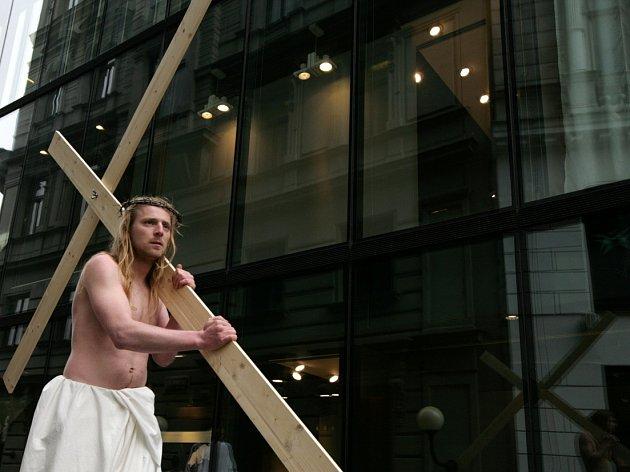 Průvod herců a hudebníků, kteří formou pouličního happeningu ztvárnili biblický pašijový příběh, se uskutečnil 6. dubna v Praze.