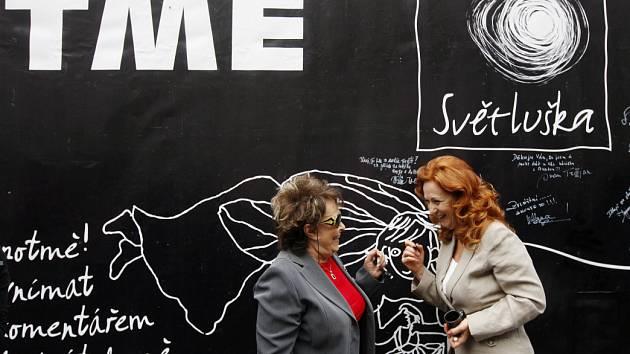 Na pražském Ovocném trhu byla za účasti Anety Langerové, Simony Stašové a Jiřiny Bohdalové otevřena 6. června Kavárna potmě.