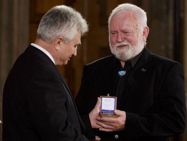 Nejslavnější český mořeplavec Richard Konkolski (vpravo) převzal 27. září v Praze od předsedy Senátu Milana Štěcha stříbrnou pamětní medaili ke Dni české státnosti.