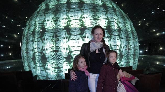 Centrum Prahy láká od března novou atrakcí. Je jí jeden z největších zrcadlových labyrintů v České republice, doplněný o jedinečné křišťálové bludiště, zábavná zakřivená zrcadla a trojrozměrné kaleidoskopické kino.