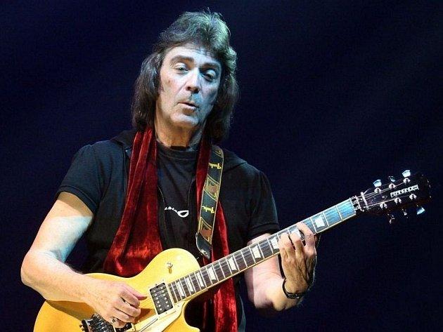 Koncert britského kytaristy Steve Hacketta v Lucerně.