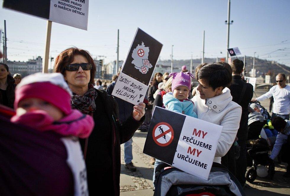 Demonstrace proti povinnému očkování a sankcím, které hrozí rodičům, lékařům a dětským skupinám, se konala 9. března před budovou ministerstva zdravotnictví. Novelu upravující očkování má projednat v úterý Sněmovna.