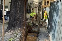 Oprava narušené zdi v Růžové ulici.