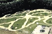 CYKLODRÁHA by měla vyrůst na místě bývalého zimního stadionu. Vedle ní by na ostrově v dohledné době mělo vzniknout také centrum adrenalinových sportů nebo relaxační zóna.