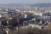 Pohled na pražskou čtvrť Žižkov, Hlavní nádraží v Praze a Nové Město.