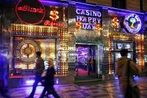"""PRYČ S NIMI. """"V památkově chráněných částech města a významných lokalitách, jako je Staroměstské, Malostranské náměstí a třeba Karlova ulice, jsou herní automaty rovněž nežádoucí,"""" uvedl radní Blažek."""