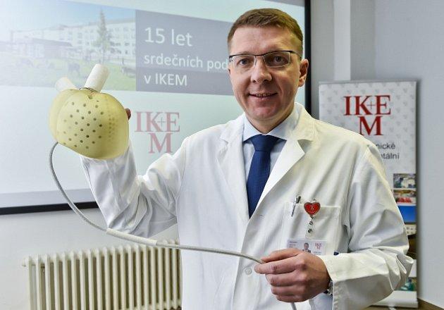 Přednosta Kliniky kardiovaskulární chirurgie IKEM Ivan Netuka představil biokompatibilní umělé srdce.