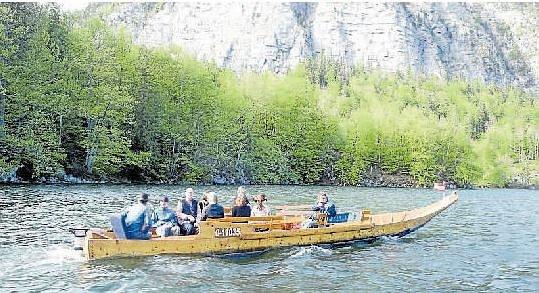 Vyhlídková plavba. Jedna ze dvou replik historických lodí zillen na Halštatském jezeře. Necelé dva metry široká a dvanáct metrů dlouhá dřevěná plavidla slouží turistům.