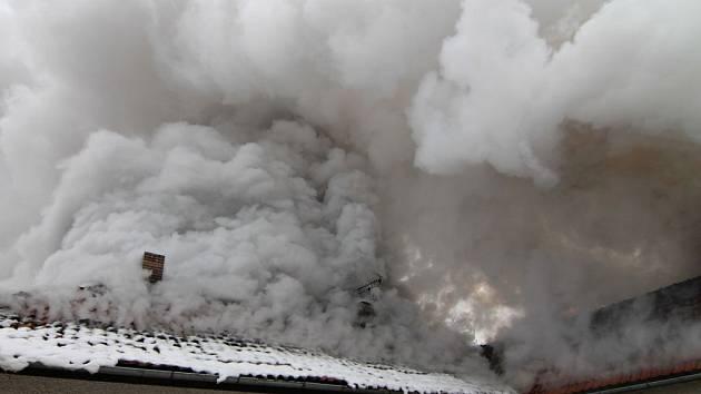 Likvidace požáru rodinného domu v Mukařově.