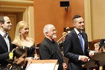 Zakladatel a ředitel festivalu Film Music Prague Nikola Bojčev (zprava) s hudebním skladatelem Patrickem Doylem, sopranistkou Markétou Mátlovou a moderátorem benefice Janem Maxiánem při loňském galavečeru.