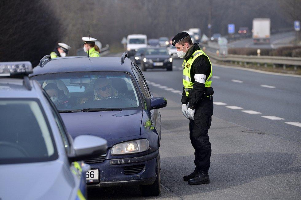 Hlídky policie a vojenské policie při kontrole vozidel 3. března v Praze.