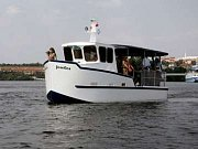 Romantika na řece. Loď Alka je příjemnou alternativou k pozemní dopravě. Platí na ní i stejné jízdenky.