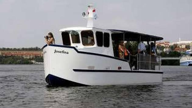Zájem cestujících o přívoz mezi Podolím a Smíchovem předčil očekávání. Loď Josefína přepraví denně zhruba 350 lidí.
